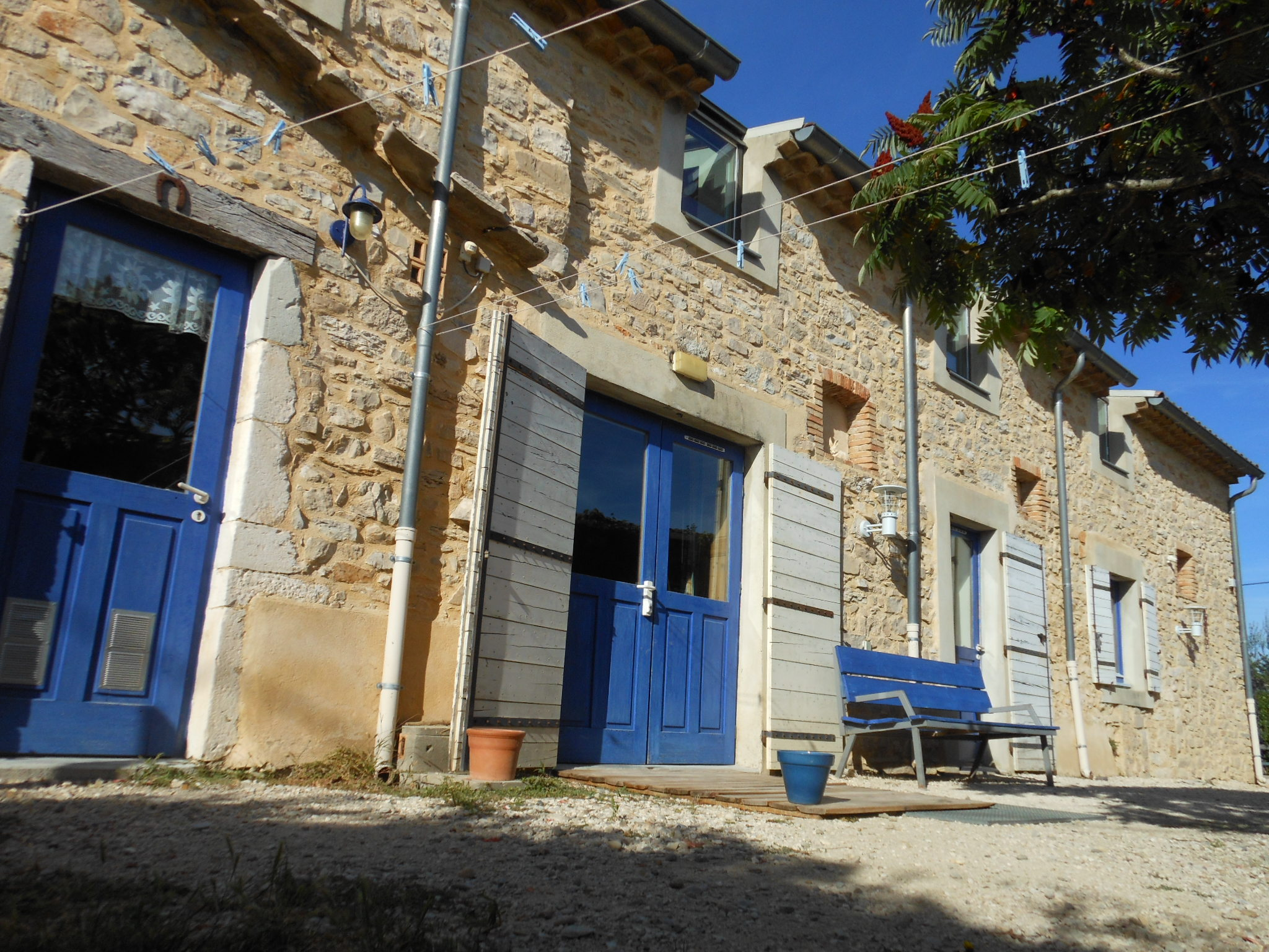 Façade du gite de groupe disponible à la location en Ardèche
