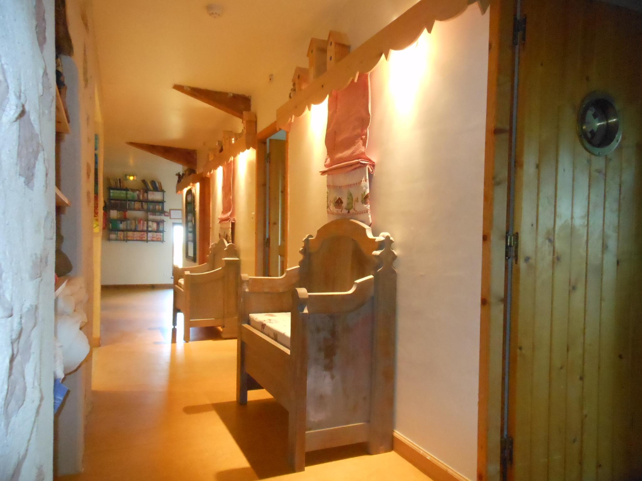 Couloir desservant les 5 chambres de la maison familiale de vacances.