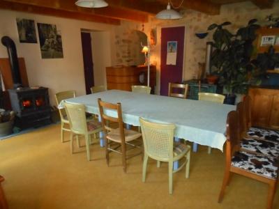 Salle à manger et poêle à bois de la maison bleue, gite familial de vacances en Ardèche.