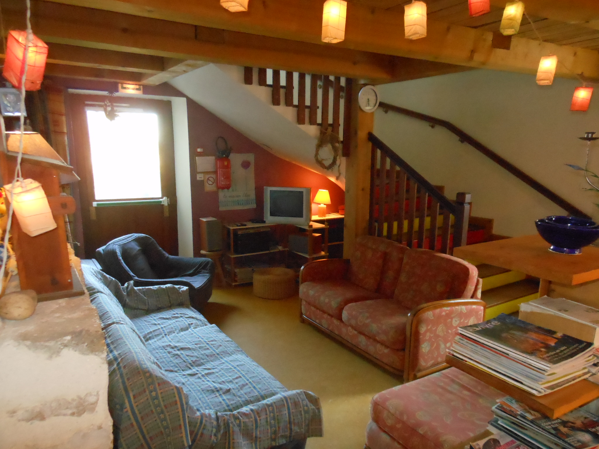 Salon de détente chaleureux dans cette grande maison familiale de vacances