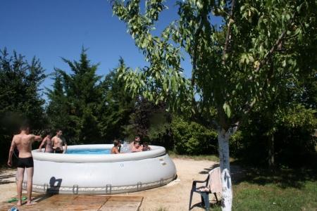 Piscine Zodiac disponible en été à la maison bleue en Ardèche