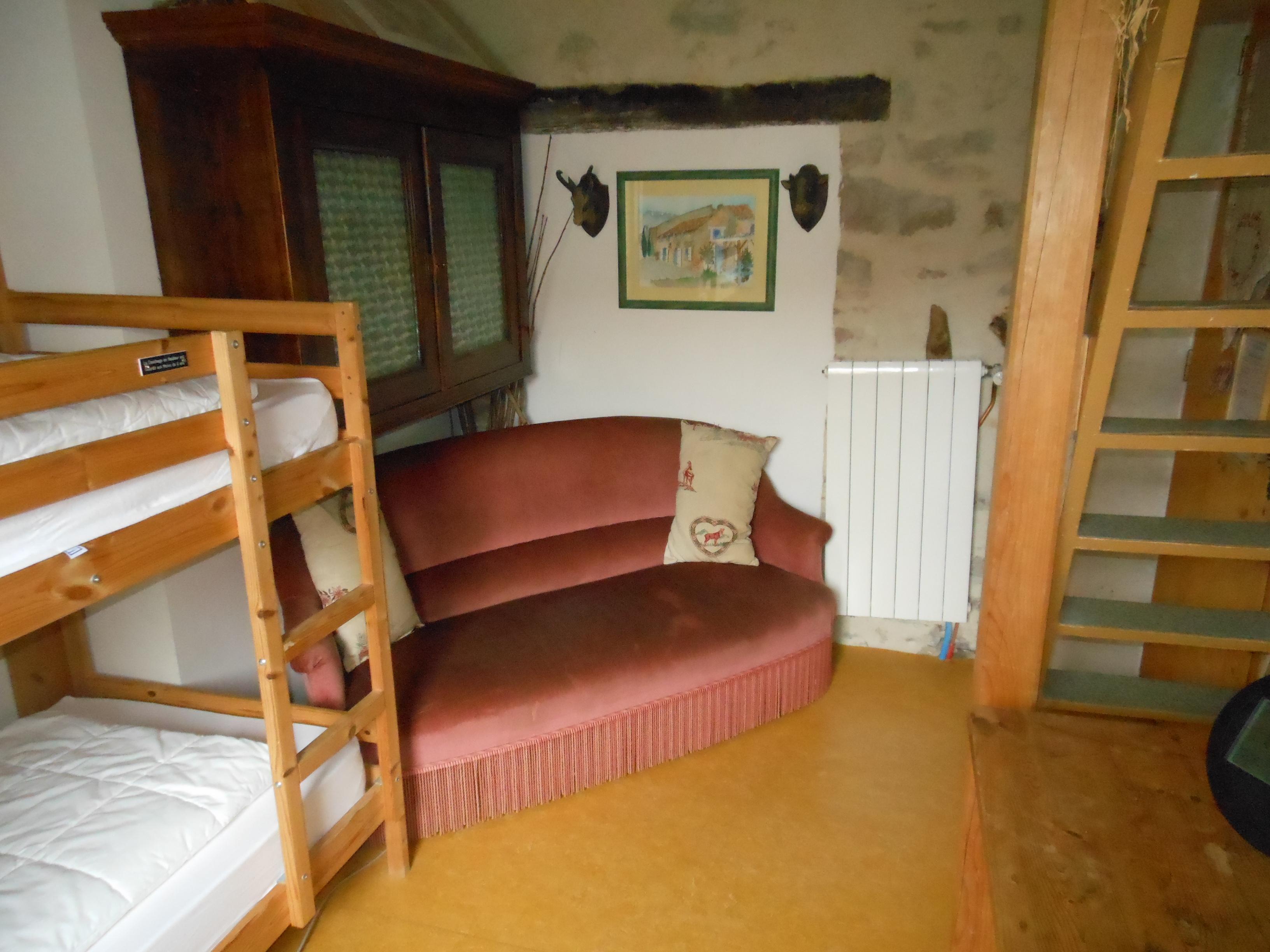chambre la montagnette du gite de groupe la maison bleue le lit couple est la mezzanine. Black Bedroom Furniture Sets. Home Design Ideas