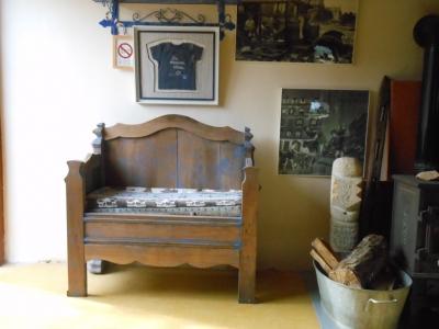 Banquette fabriquée en Ardèche, pour ce gite de groupe la maison bleue.