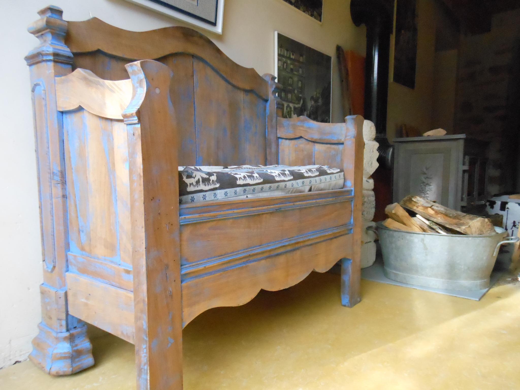 On enlève ses chaussures à l'entrée du gite la maison bleue en Ardèche. Enfin le moyen de s'assoir ! Fabrication ardéchoise de surcroit.