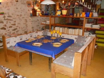 Dîner entre amis autour de cette table de la maison bleue.