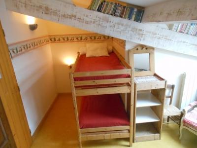 Coin des jeunes enfants dans la chambre La Montagne, face au grand lit des parents. Tout le monde est rassuré.