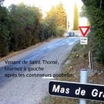 Venant de Saint Thomé, tournez dans l'impasse à gauche après les conteneurs.