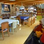 Salle à manger du grand gîte familial pour accueillir 15 amis, le temps d'un weekend en Ardèche à la maison bleue entre Montélimar et Vallon Pont d'Arc.