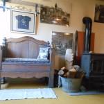 banquette d'accueil et poêle à bois - Location gîte de groupe février Ardèche