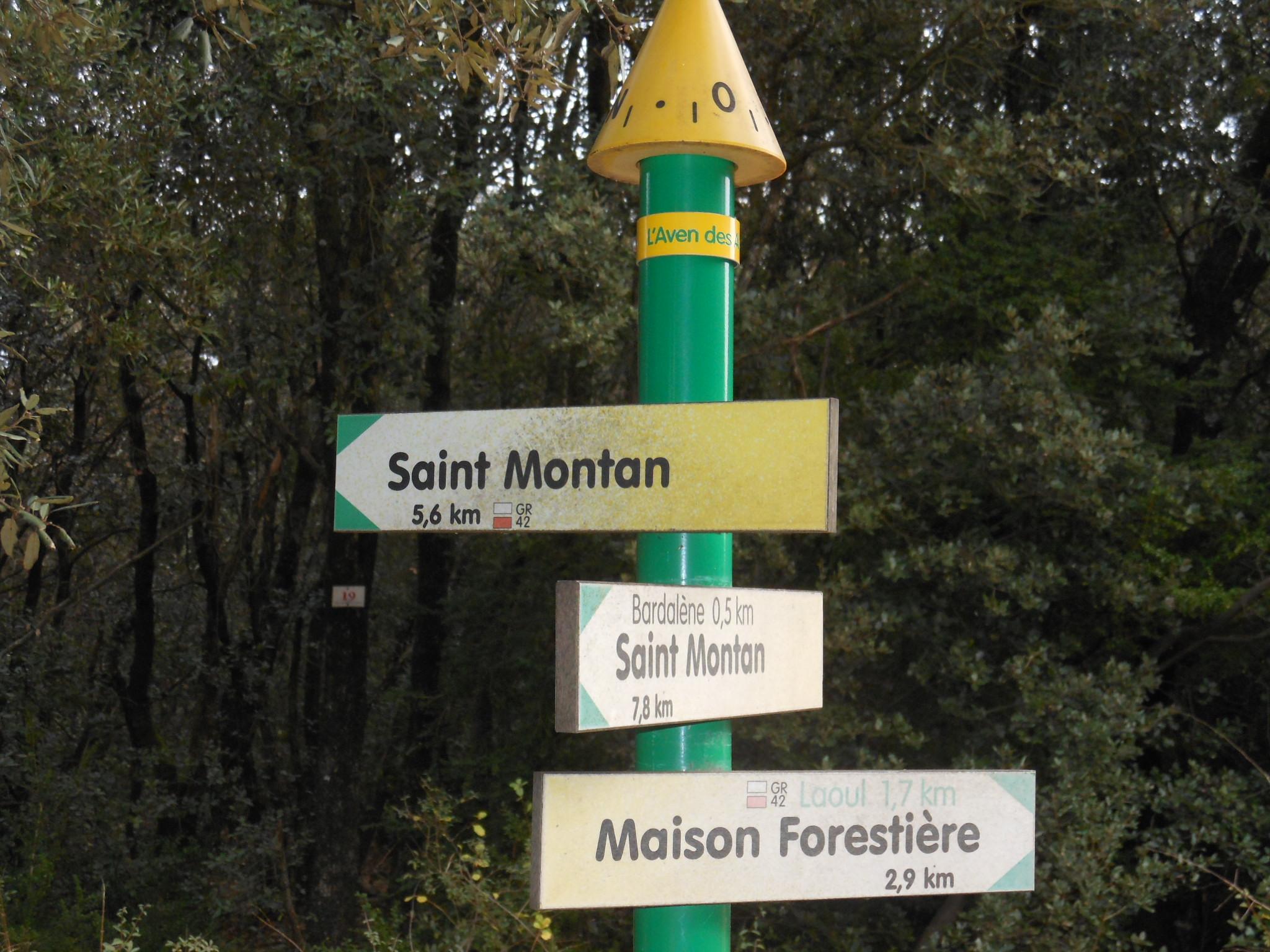 Poteau indicateur de randonnées près de Saint Montan en Ardèche