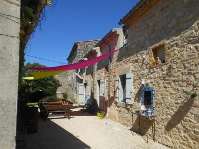 Ambiance de la cour du gîte la maison bleue en Ardèche