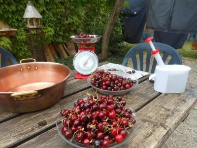 Confection de confiture de cerises à la maison bleue
