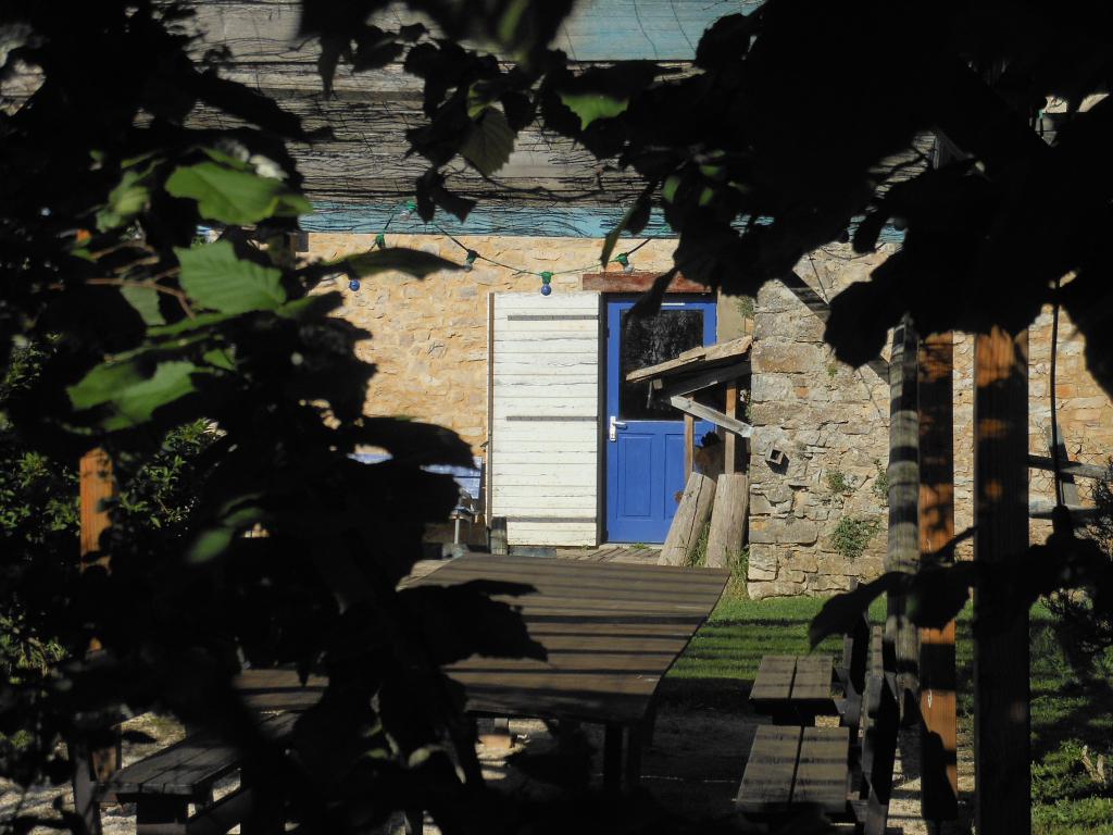 Le pignon de la maison bleue au soleil levant depuis la pergola