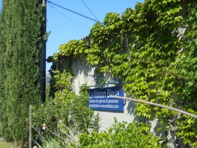 Panneau d'accueil de la maison bleue sur le grand parking privé