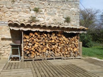 Tout est prêt pour affronter l'hiver - le poêle à bois de la maison familiale de vacances