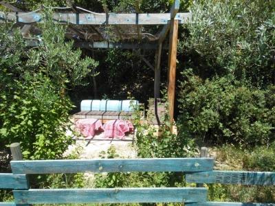 Profitez du salon de jardin du gite de groupe : bain de soleil et canapé