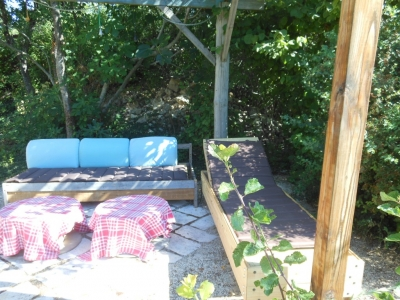Profitez du salon de jardin du gite de groupe allongé sur le bain de soleil