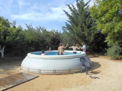 Jeux d'eau à la piscine du gite de groupe en famille avec ses cousines