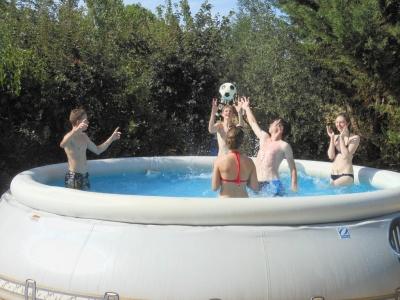 Jeux d'eau à la piscine du gite de groupe en famille avec ses cousins