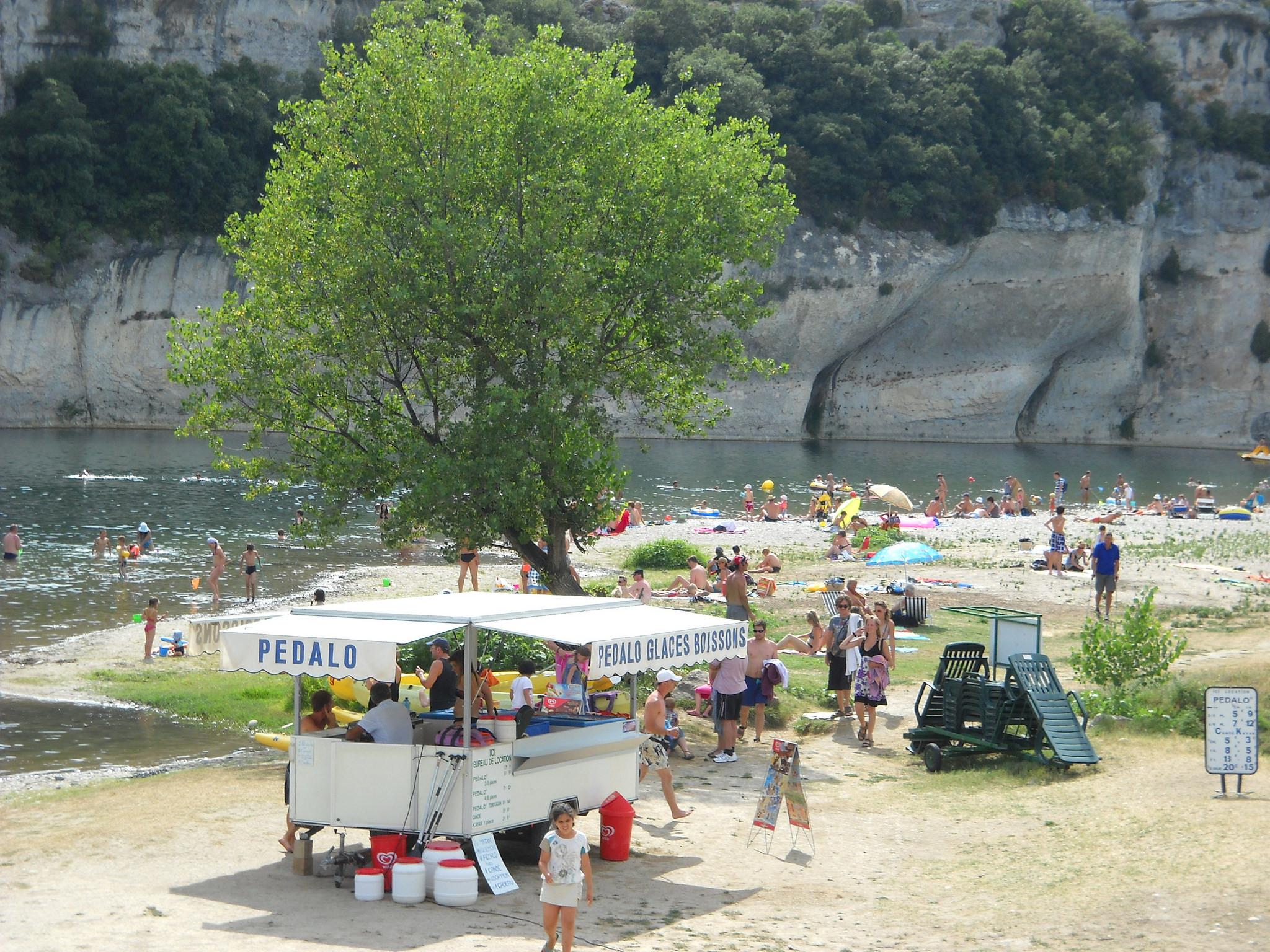 Baignade à Saint Martin d'Ardèche, sur la plage de Sauze