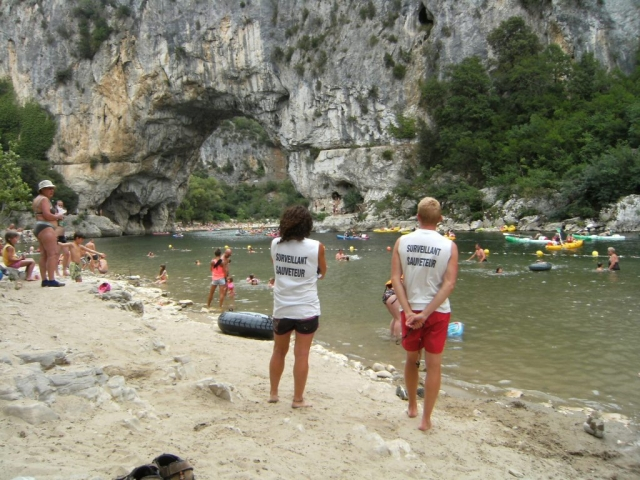 Baignade au pied du pont d'arc. Plage surveillée sur l'Ardèche