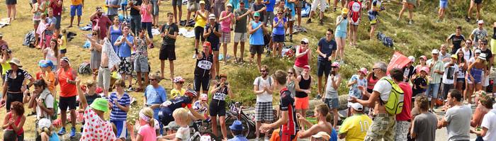 En attendant le Tour de France en Sud Ardèche - Passage de la caravane près du gîte de groupe.