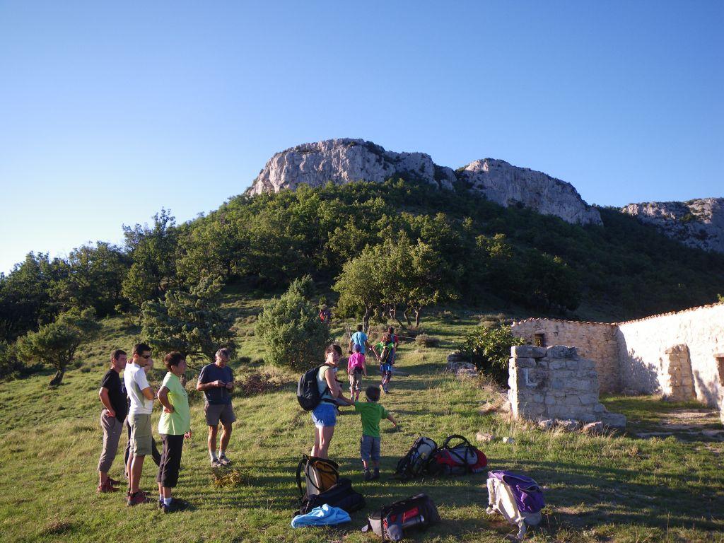 Randonnée entre amis au pied de la Dent de Retz en Ardèche